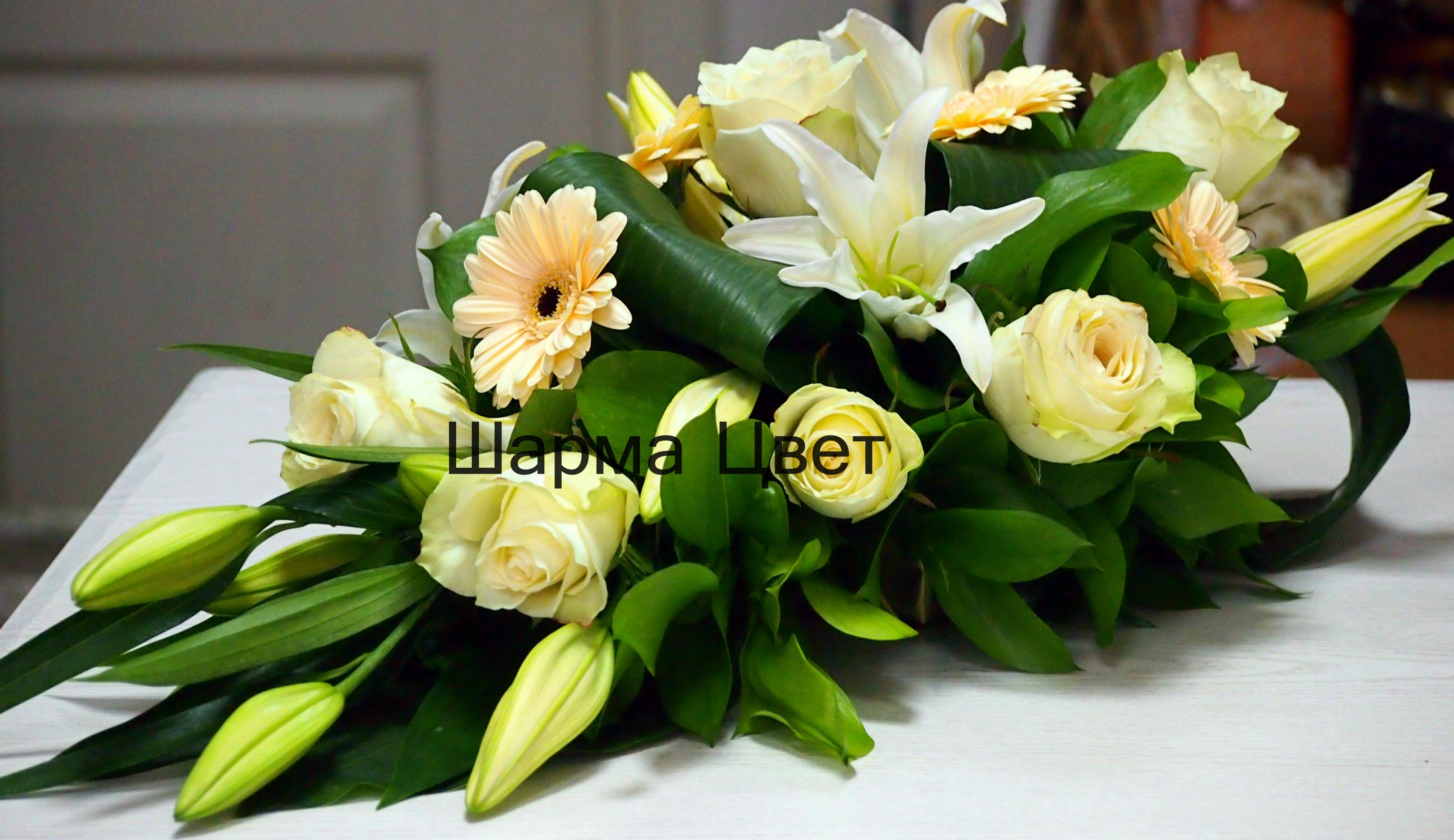 Аранжировка от бели цветя