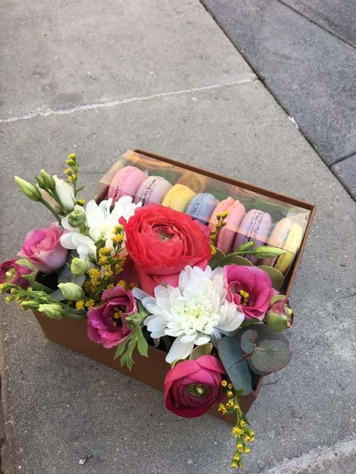 Mini box with macarons flowers