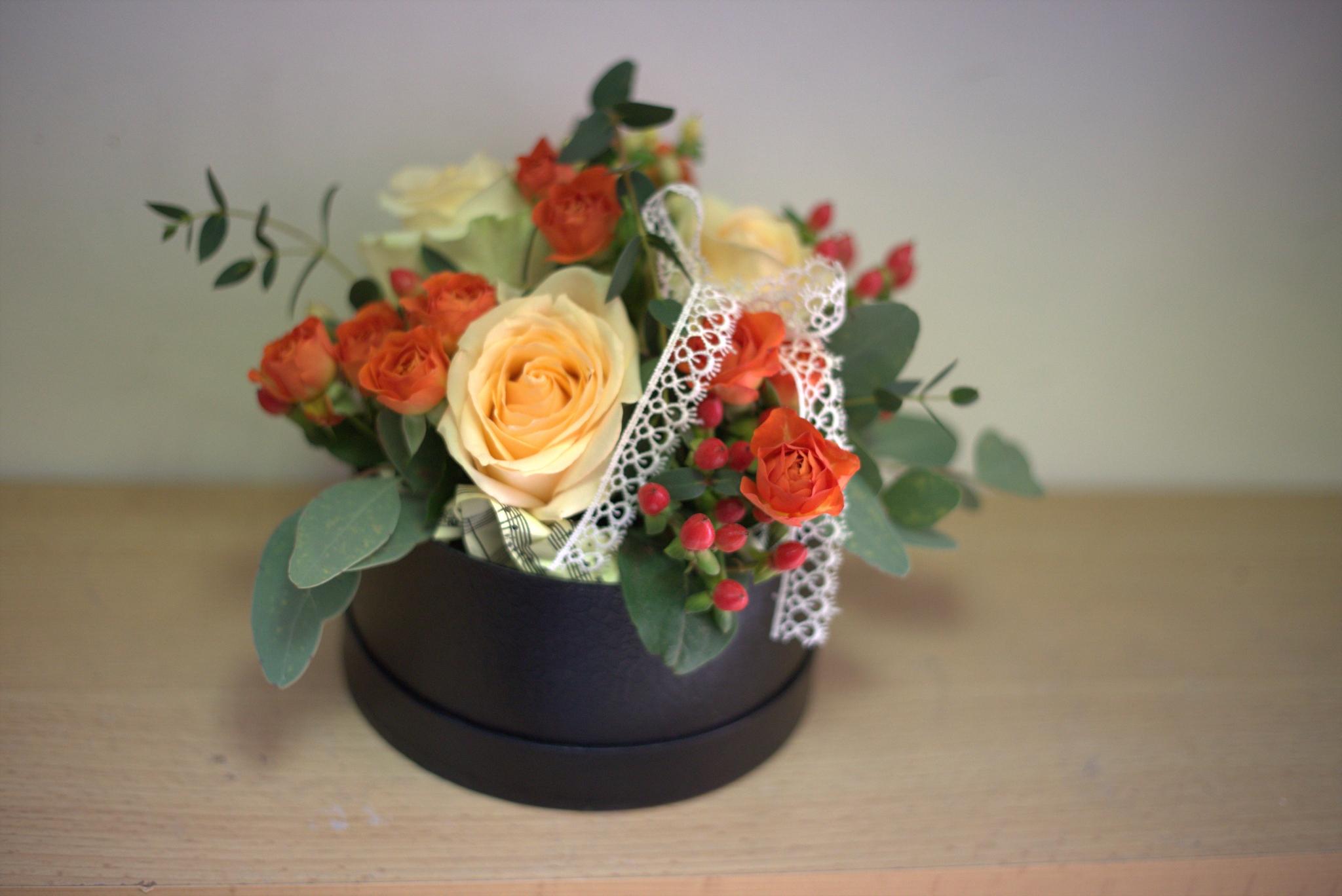 черна кутия с оранжеви цветя