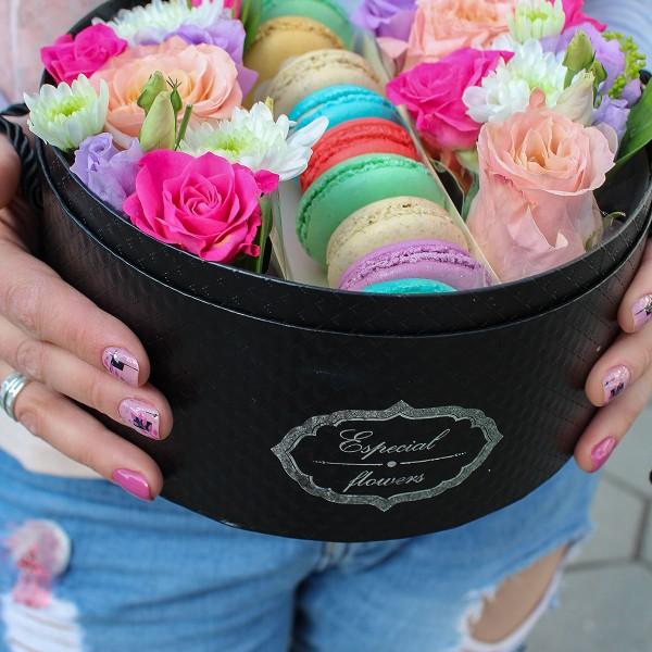 Кръгла кутия с макарони и цветя