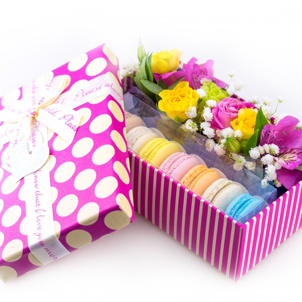 Mini box with macarons and flowers